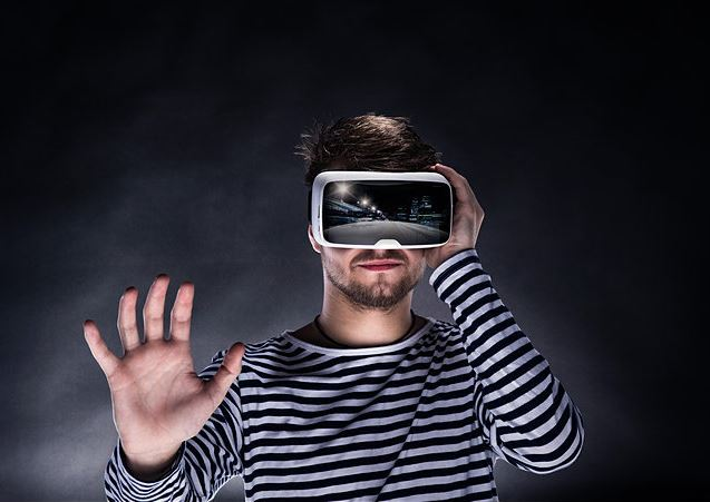 Virtual assistants expected to top virtual reality in holiday sales